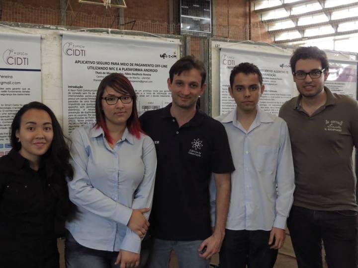 Da esquerda para a direita - Fernanda Mayumi, Thais de Moura, Prof. Dr. Fábio Dacêncio, Thiago Costa e Lucas Zanco.