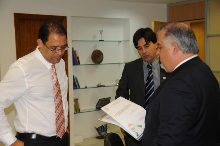 Entrega do requerimento de credenciamento do Centro de Inovação de Marília ao vice-governador do estado